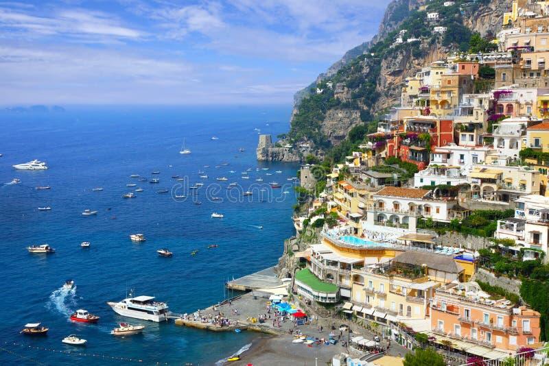 Kleurrijke Positano langs de Amalfi Kust van Italië, mening van de haven stock foto's
