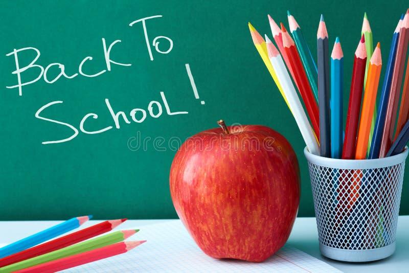 Kleurrijke potloden en appel stock afbeeldingen