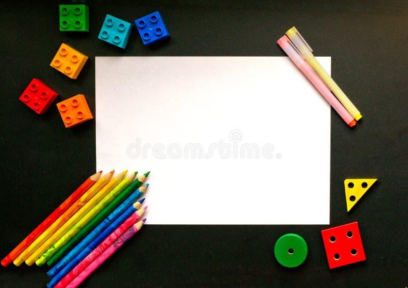 Kleurrijke potloden en ontwerperdetails op de schoolraad stock afbeeldingen