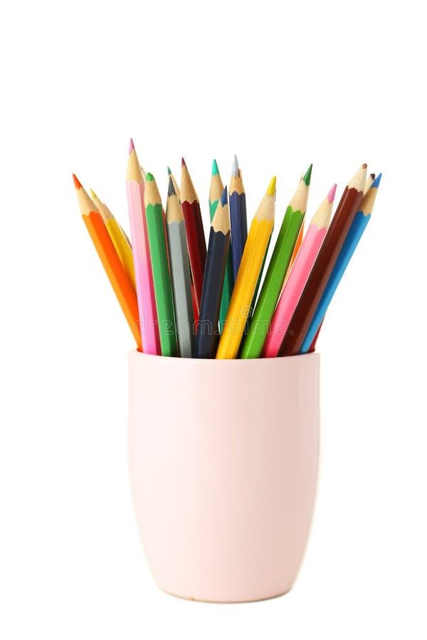 Kleurrijke potloden in kop die op een wit wordt geïsoleerd stock foto