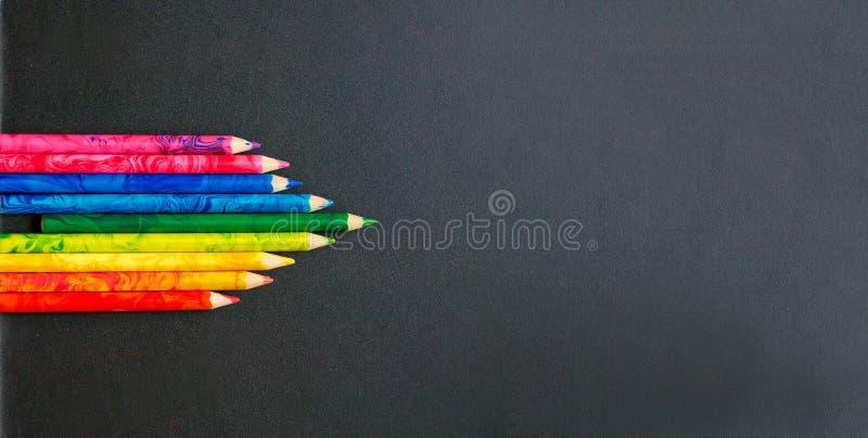 Kleurrijke potloden op de schoolraad stock fotografie