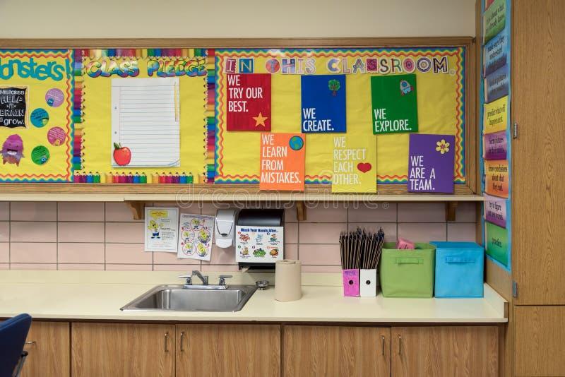 Kleurrijke prikborden boven de gootsteen in een elementaire classro royalty-vrije stock afbeelding
