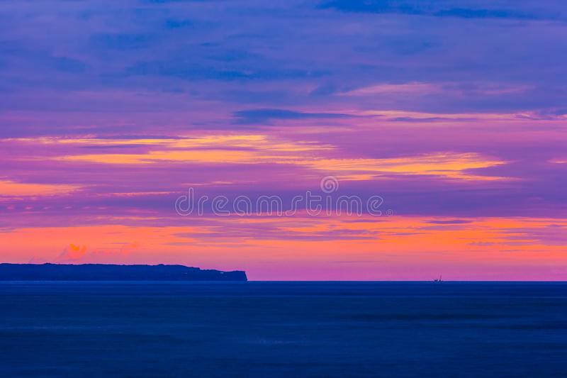 Kleurrijke purpere zonsondergang in Bali, Indonesië royalty-vrije stock afbeelding