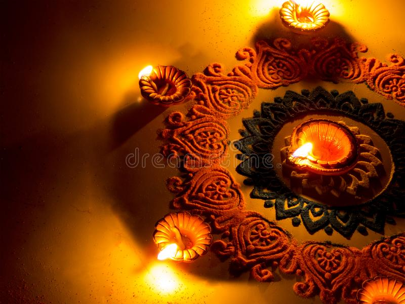 Kleurrijke Rangoli met Diya, op Diwali-Festival stock afbeeldingen