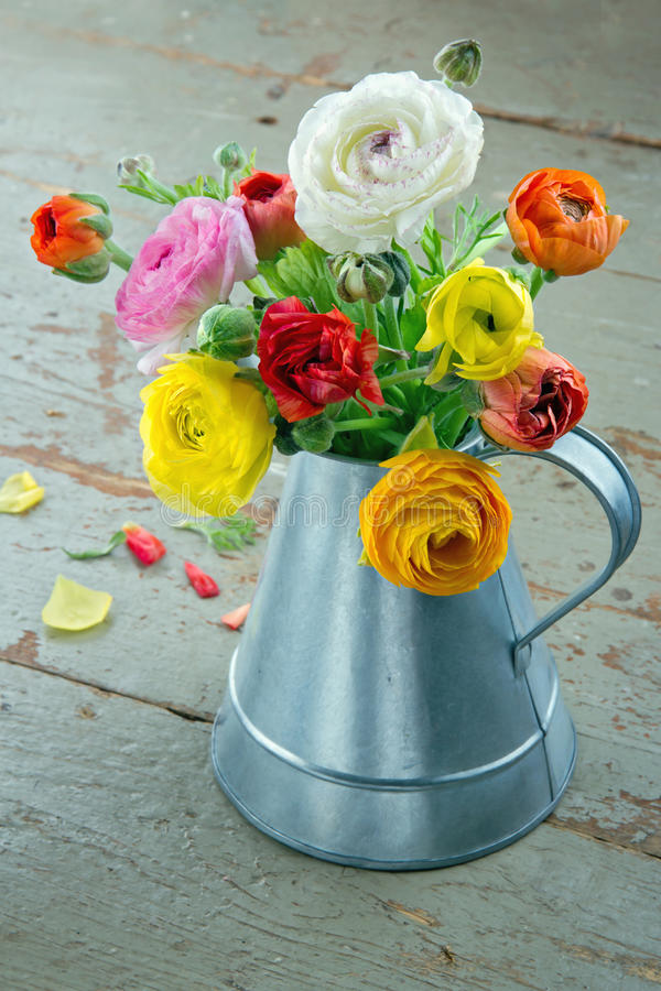 Bloemen op groene houten achtergrond royalty-vrije stock afbeeldingen