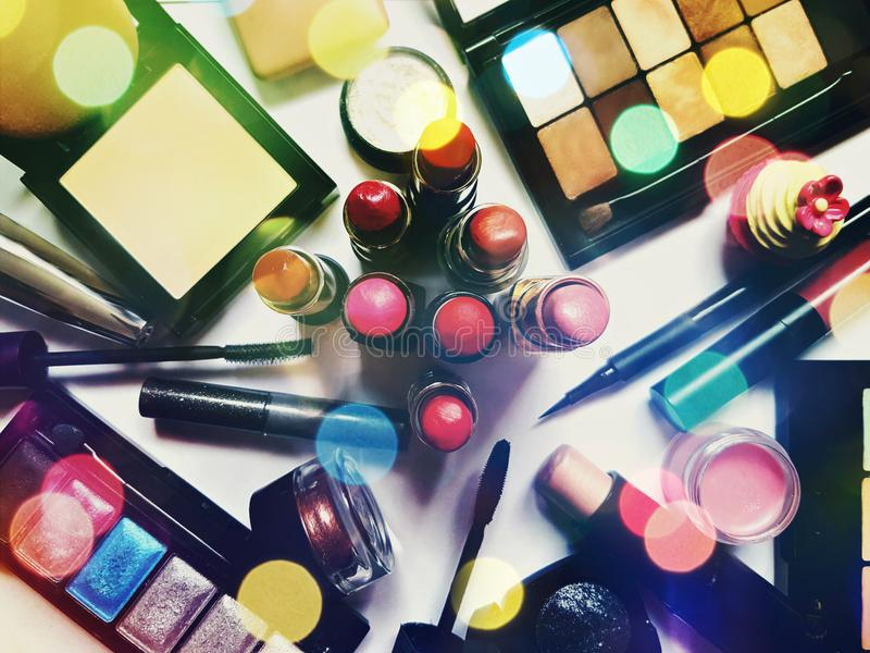 Kleurrijke reeks decoratieve cosmetischee producten royalty-vrije stock afbeeldingen