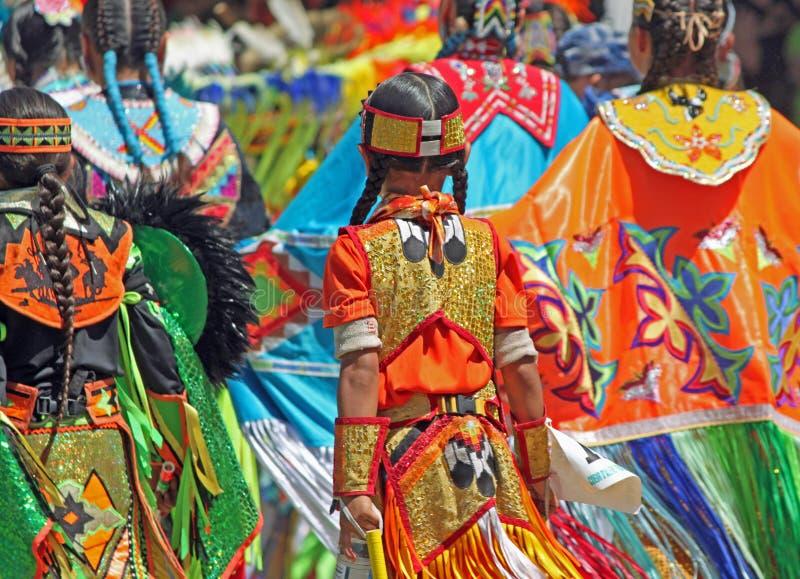 Kleurrijke Regalia in Inheemse Amerikaanse Powwow stock foto's