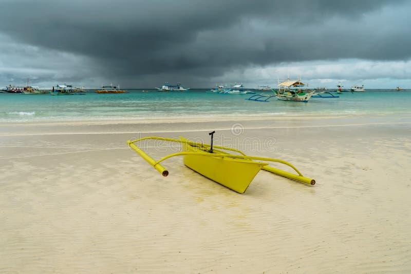 Kleurrijke reizende boot in het overzees met wolken en blauwe hemel bij Boracay-Eiland, Filippijnen Voor aardachtergrond stock foto's