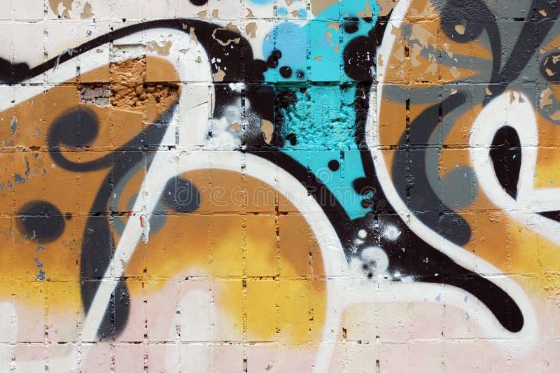 Kleurrijke resten van verf op oude witte bakstenen muur stock afbeelding