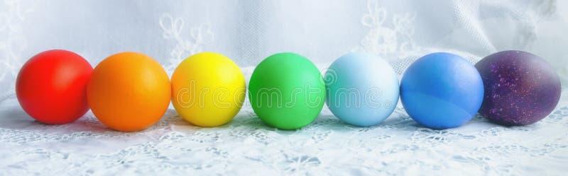 Download Kleurrijke Rij Van Paaseieren Stock Afbeelding - Afbeelding bestaande uit pasen, voedsel: 107708181