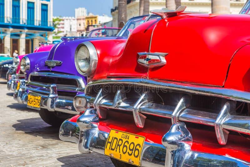 Kleurrijke rij van uitstekende Amerikaanse auto's royalty-vrije stock afbeelding