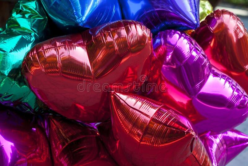 Kleurrijke rode ballons, gouden, wit, geïsoleerde wimpels royalty-vrije stock foto's