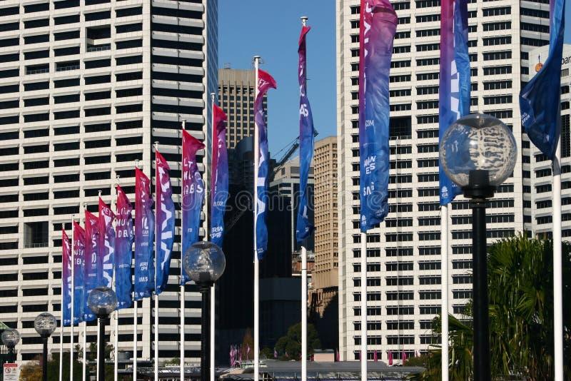 Kleurrijke rode en blauwe verticale vlaggen voor Levendig Sydney 2018 op Pyrmont-Brug bij Kokkelbaai, Darling Harbor, Sydney, Aus stock foto