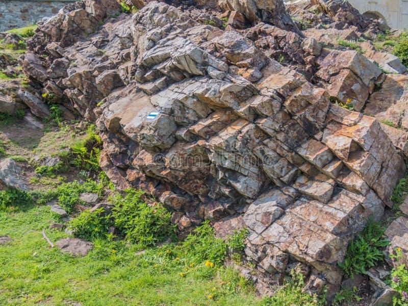 Kleurrijke rotsen en een teken van een toeristensleep op hen stock foto's