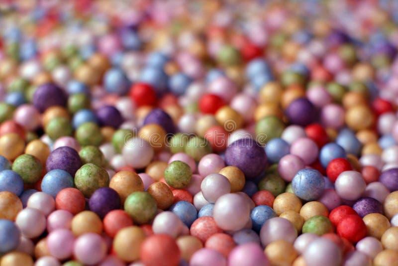 Kleurrijke roze en purpere die balachtergrond uit vele kleine ballen wordt samengesteld stock afbeelding