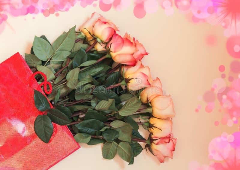 Kleurrijke rozen in rode giftzak stock foto's