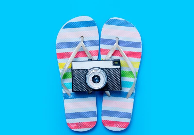 Kleurrijke sandals en retro camera op prachtige blauwe backgrou royalty-vrije stock foto