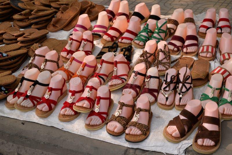 Kleurrijke sandals en schoenen voor sale〠' stock fotografie
