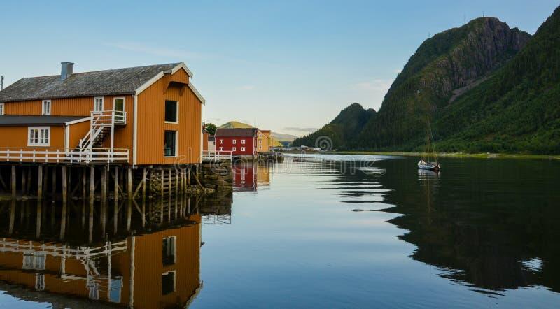 Kleurrijke schilderachtige blokhuizen in Sjogata, Mosjoen, Nordland, Noordelijk Noorwegen royalty-vrije stock afbeelding