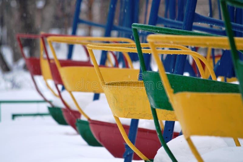 Kleurrijke schommeling in de winterpark stock afbeeldingen