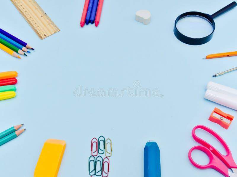 Kleurrijke school suplies in cirkelregeling royalty-vrije stock afbeeldingen