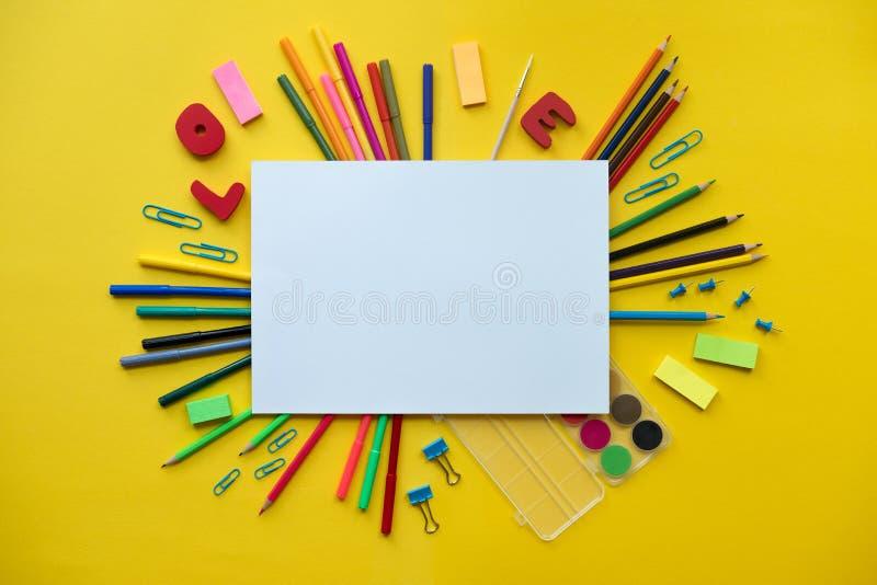Kleurrijke schoollevering over een document op gele achtergrond met plaats voor uw tekst royalty-vrije stock fotografie