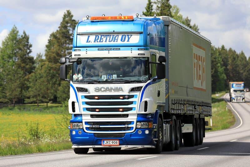 Kleurrijke Semi de Vrachtwagenvervoer van Scania stock foto