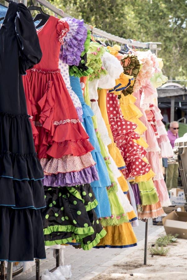Kleurrijke sevillanakostuums bij een straatmarkt in Spanje stock fotografie