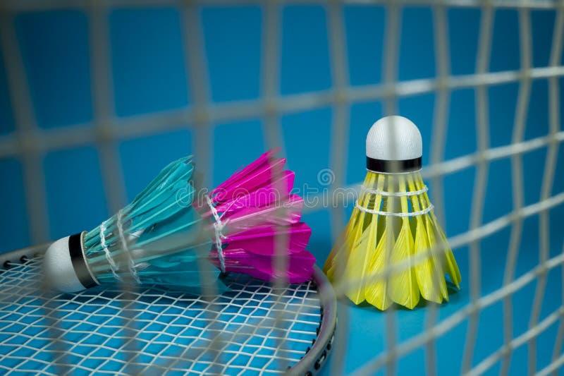 Kleurrijke shuttles met een netto badminton stock fotografie