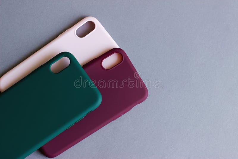 Kleurrijke siliconegevallen voor uw smartphone stock afbeeldingen