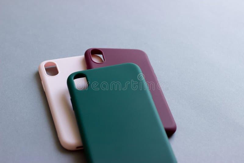 Kleurrijke siliconegevallen voor uw smartphone stock fotografie