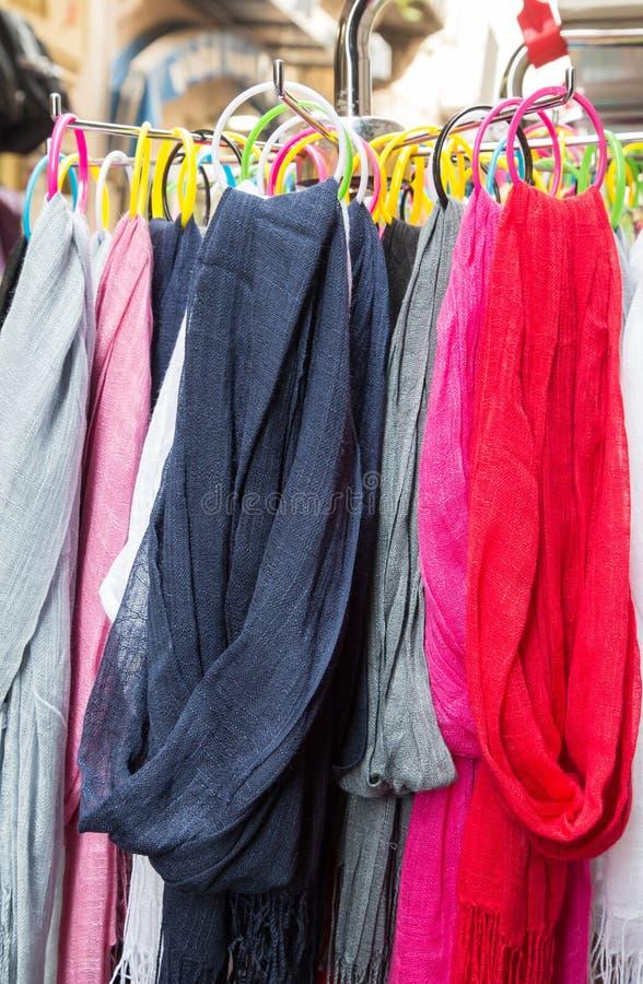 Kleurrijke Sjaals in Markt stock foto