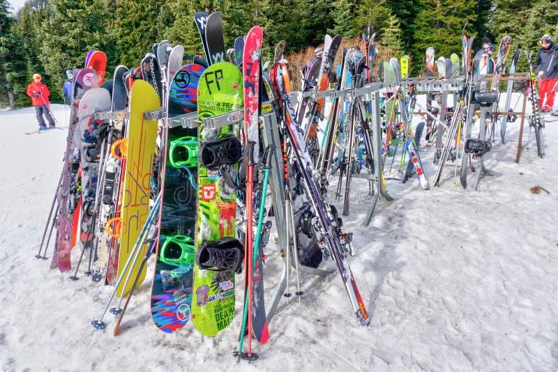 Kleurrijke Ski Rack Where Skiers en Snowboarders verlieten Hun Materiaal royalty-vrije stock afbeeldingen