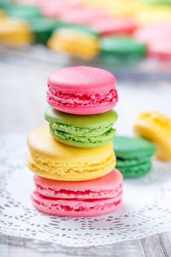 Kleurrijke smakelijke makarons op servet, natuurlijke lichte selectieve nadruk zoet en kleurrijk dessert stock afbeeldingen