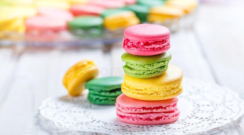 Kleurrijke smakelijke makarons op servet, natuurlijke lichte selectieve nadruk Zoete en kleurrijke dessert dichte omhooggaand stock fotografie