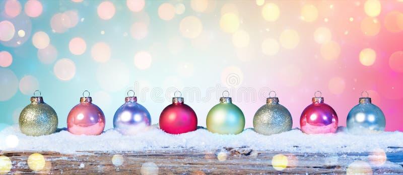 Kleurrijke Snuisterijen op Sneeuw stock afbeeldingen