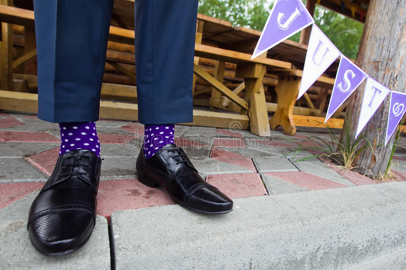 Kleurrijke sokken van bruidegom stock foto's