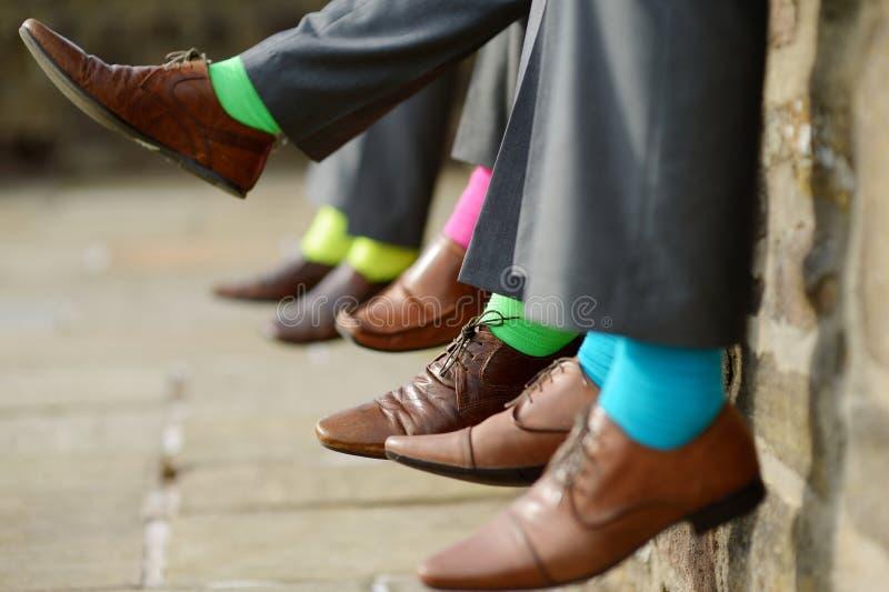 Kleurrijke sokken van groomsmen stock foto