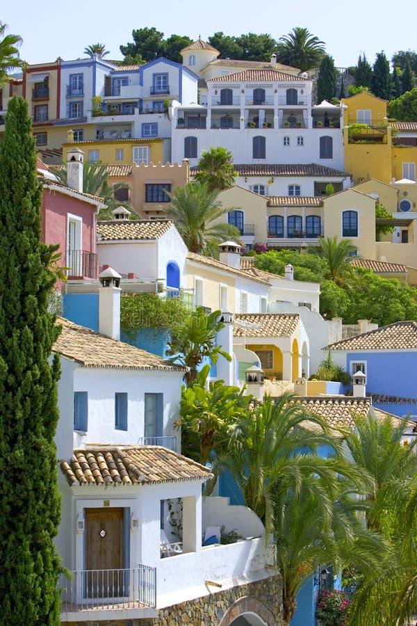 Kleurrijke Spaanse pueblo op helling stock afbeeldingen