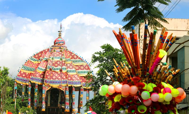 Kleurrijke speelgoedverkoop bij de optocht van de grote tempelauto van Thiruvarur stock fotografie