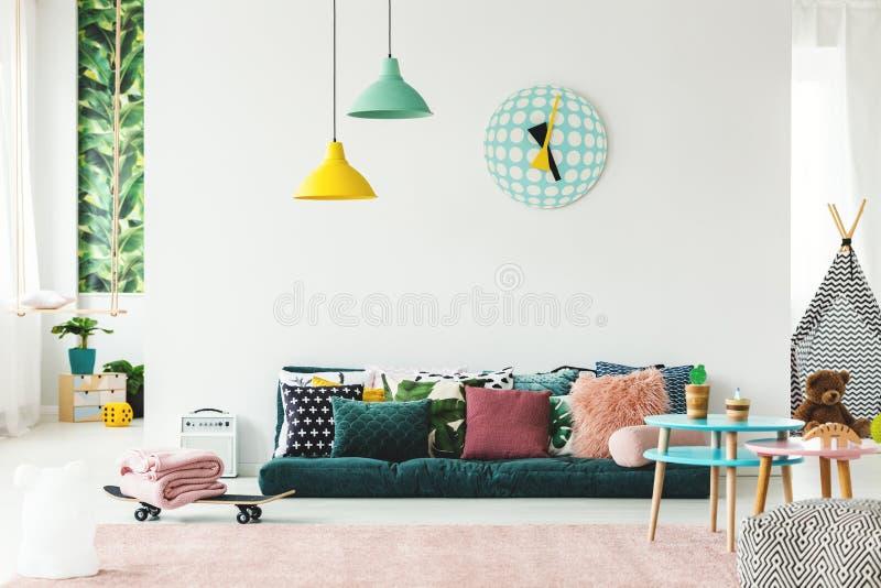Kleurrijke speelkamer met bank royalty-vrije stock fotografie