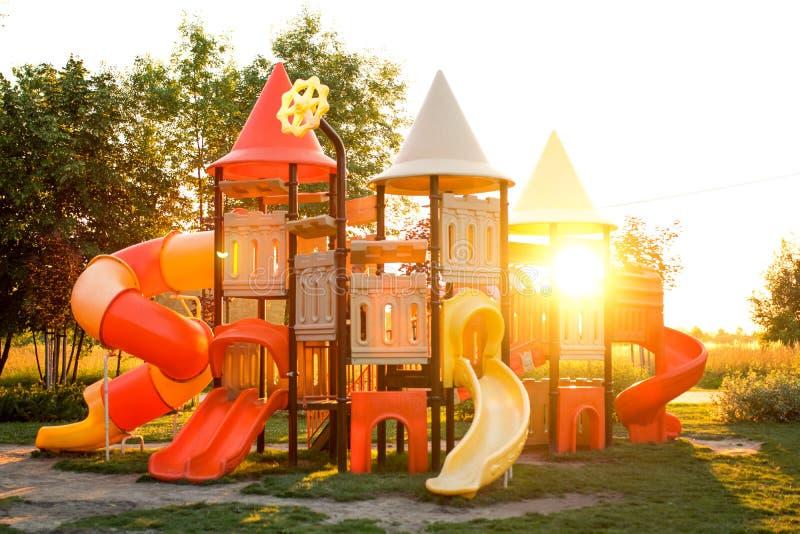 Kleurrijke Speelplaats in het park stock afbeelding