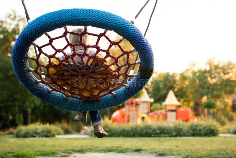 Kleurrijke speelplaats in het vage park stock afbeelding