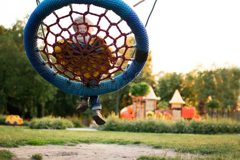 Kleurrijke speelplaats in het vage park stock foto's