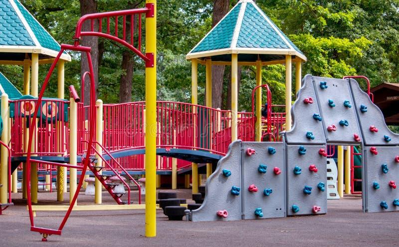 Kleurrijke speelplaats met een het beklimmen muur royalty-vrije stock fotografie