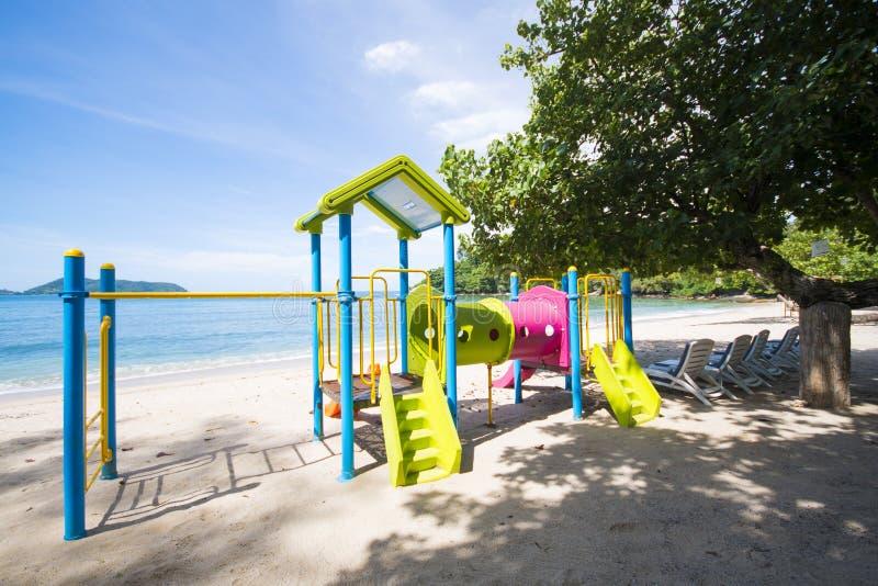 Kleurrijke speelplaats op het strand stock foto