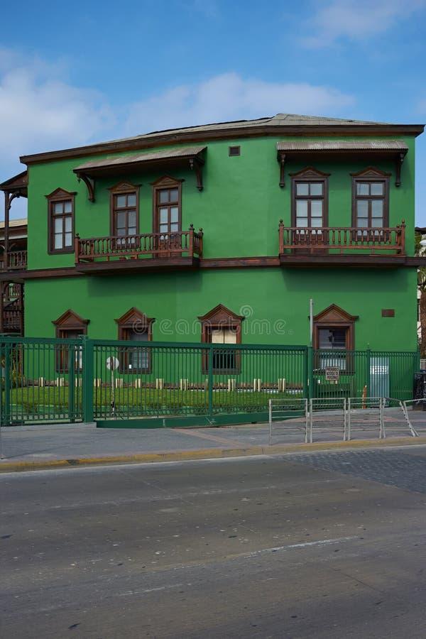 Kleurrijke Spoorweggebouwen stock afbeeldingen