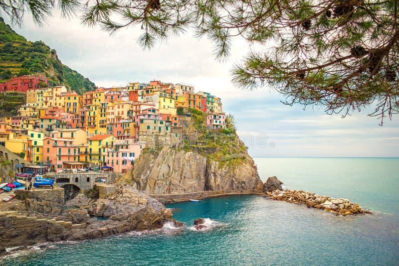 Kleurrijke stad van Manarola en Jachthaven op Middellandse-Zeegebied in Cinque Terre van Italië royalty-vrije stock foto's