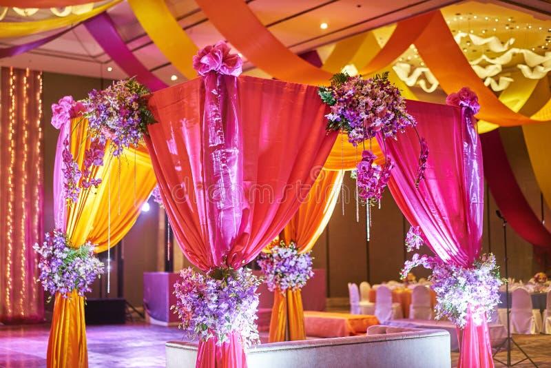 Kleurrijke stadiumdecoratie voor bruid en bruidegom in sangeetnacht van Indisch huwelijk stock afbeelding