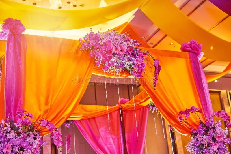 Kleurrijke stadiumdecoratie voor bruid en bruidegom in sangeetnacht van Indisch huwelijk royalty-vrije stock afbeeldingen